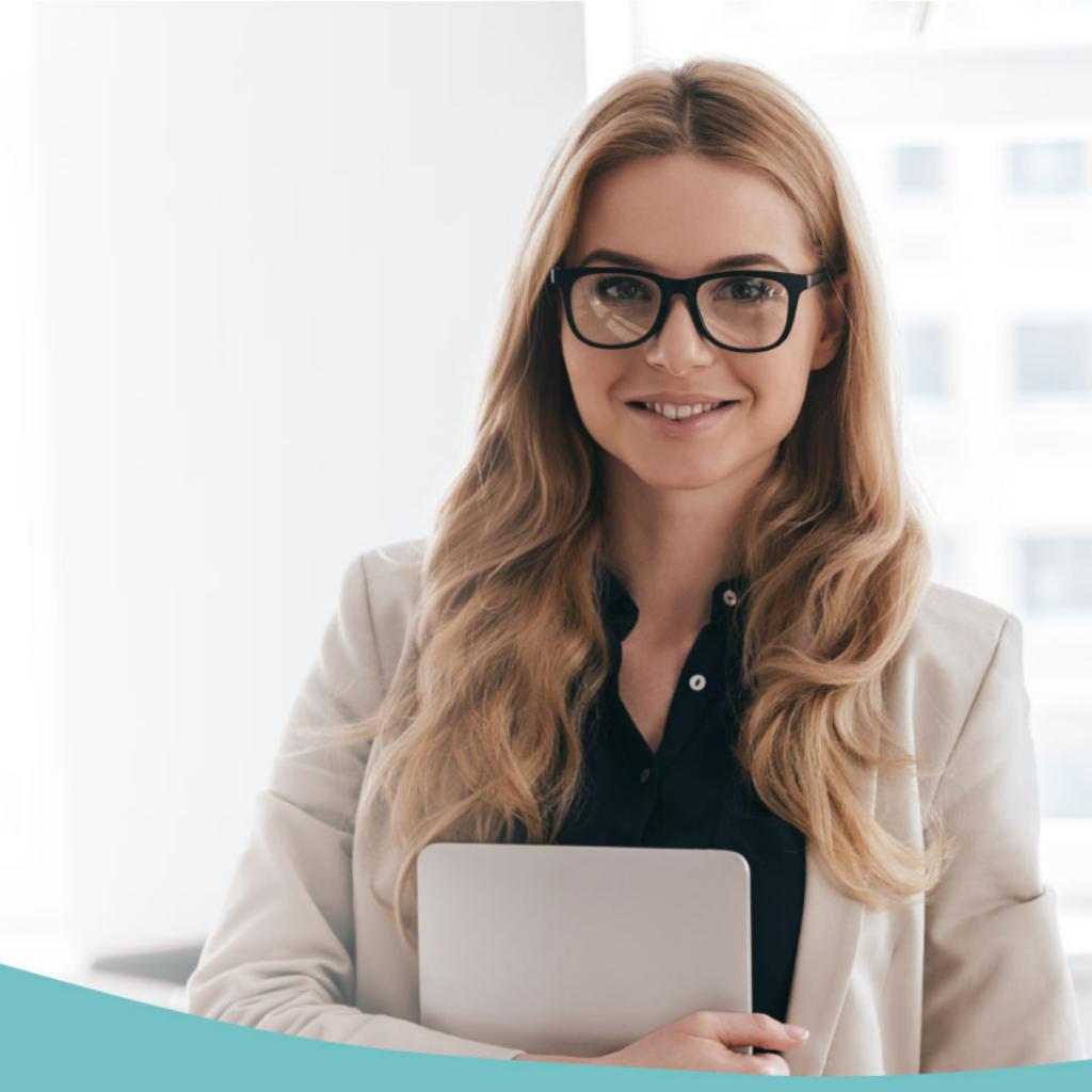Dziewczyna w okularach trzyma teczkę - młody przedsiębiorca